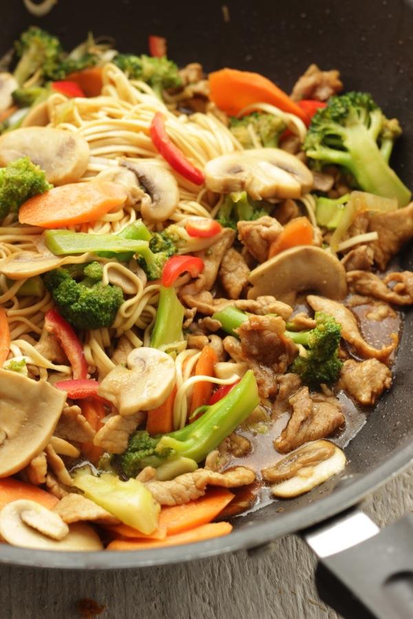 Noodles con bocconcini di maiale e verdure saltate