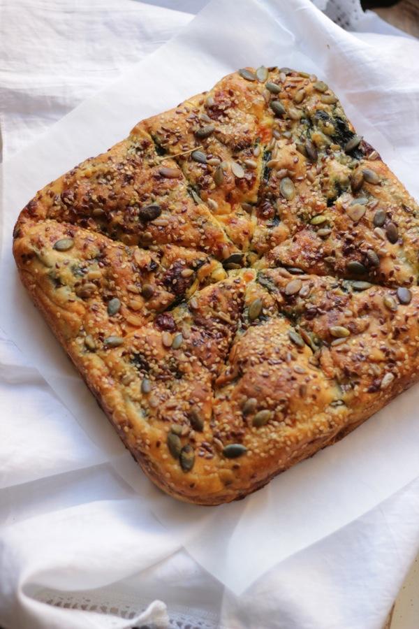Alla prova del cuoco : torta sfogliata con formaggio primosale, spinaci e pomodorini secchi