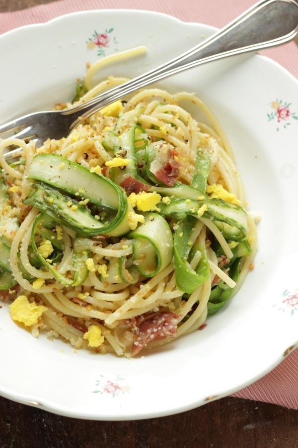 Spaghetti con nastri d'asparagi pancetta e pane croccante