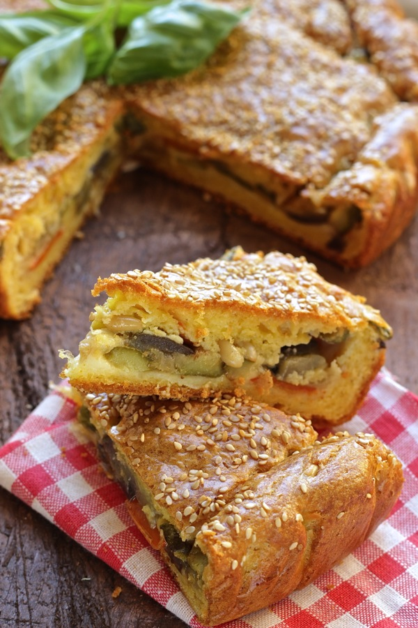 Torta farcita con ratatuille olive e pinoli