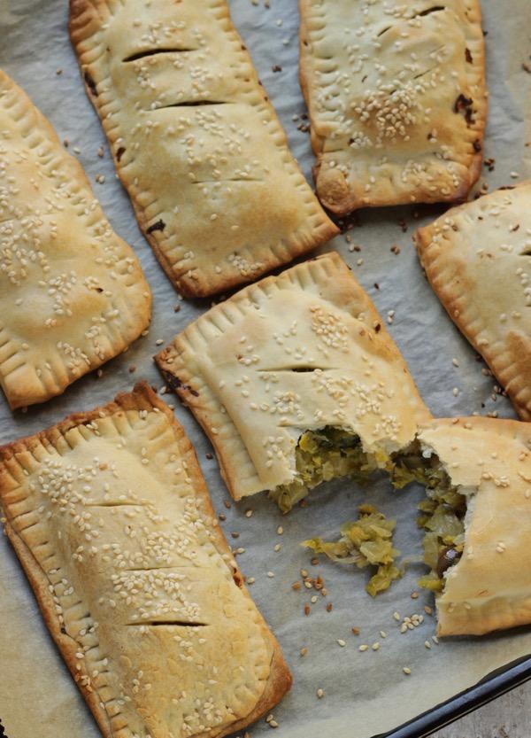 Fagottini di pasta leggera ripieni di cavoletti e olive