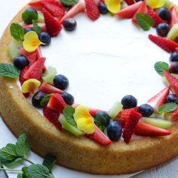 Torta morbida con frutta fresca e crema allo yogurt