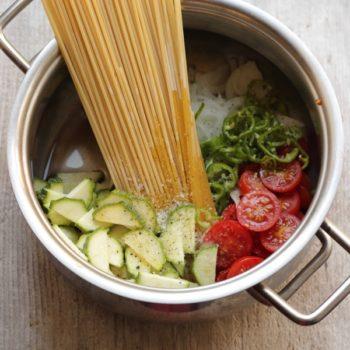 """Spaghetti con verdure """"tutto in pentola"""""""