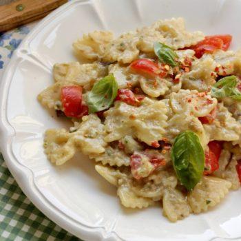 Pesto tiepido di melanzane mandorle pecorino ed erbe aromatiche