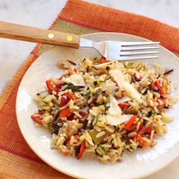 Insalata tiepida con riso integrale, selvaggio, peperoni, cipolla e le ultime zucchine.