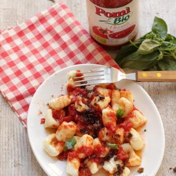 Una ricetta per Pomì: Gnocchi di ricotta al pomodoro con polvere di olive taggiasche