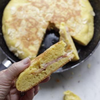 Torta in padella salata con prosciutto cotto e formaggio
