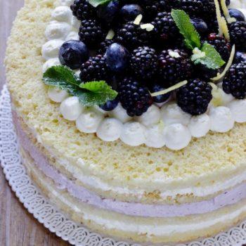 Torta in padella  a strati con frutti di bosco e crema al formaggio