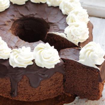 Chiffon cake al cacao, con glassa al cioccolato