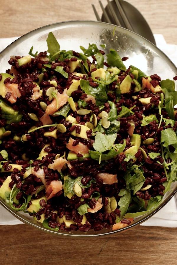insalata di riso nero con salmone avocado e rughetta