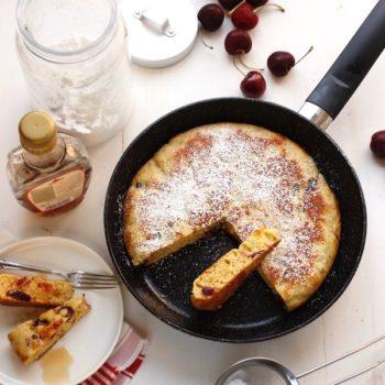 Torta pancake in padella con ciliegie