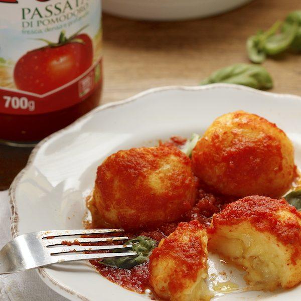 Una ricetta per Pomì: polpette di patate e cipolla al pomodoro