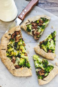 Torta semplice con broccoli e salsiccia