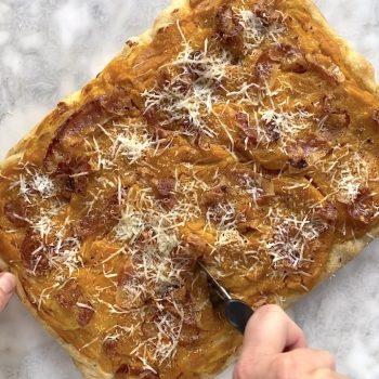 Pizza con crema di zucca e guanciale