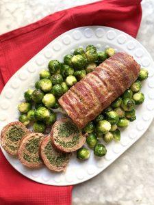 Polpettone ricco con spinaci e pancetta  ricoperto con bacon