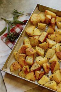Patate al forno croccanti con erbe aromatiche