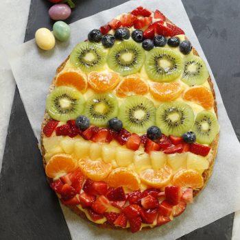 Uovo di Pasqua con frutta fresca