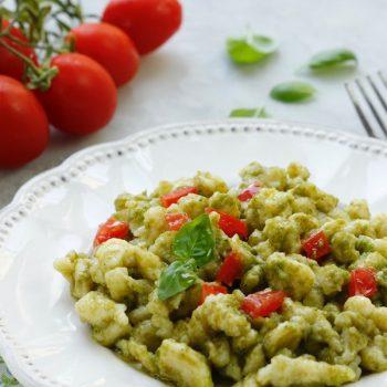 Spatzle al pesto di basilico e pomodorini