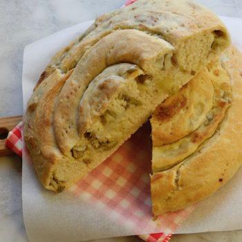 Chiocciola di pane con cipollotti e olive
