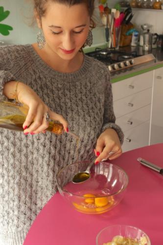rompete le uova e aggiungete i cucchiai di olio