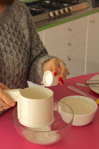 setacciate la farina con la bustina di lievito istantaneo  per torte salate