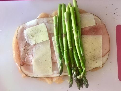 farcite il pollo con gli strati di prosciutto, formaggio e asparagi