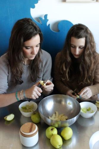 sbucciamo e tagliamo le mele a fettine