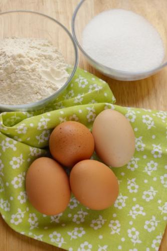 solo 4 uova 150g di zucchero 150g di farina00 e un pizzico di sale
