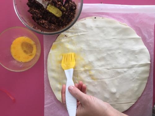 spennellate con l'uovo un foglio di pasta