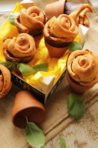 ed ecco le rose nei vasetti: procuratevi vasetti in coccio, lavateli e metteteli a bagno almeno per un oretta.