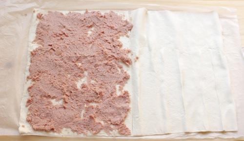 stendere la crema di wurstel in modo uniforme