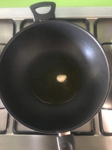 imbiondite uno spicchio di aglio con due cucchiai di olio