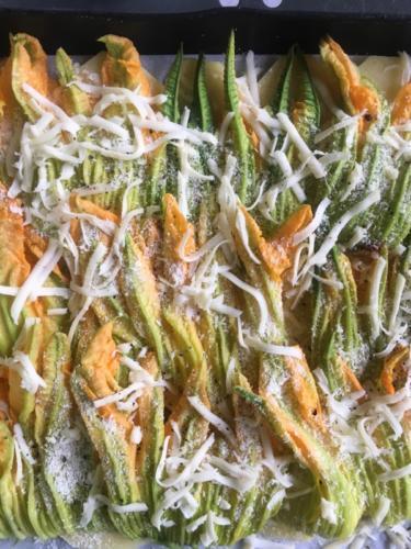 strati di fiori di zucca con formaggi