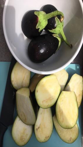Tagliate le melanzane e dividetele a metà