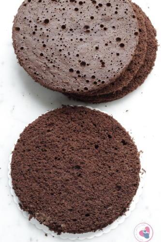 Tagliate a metà le torte e sagomate i dischi della stessa misura