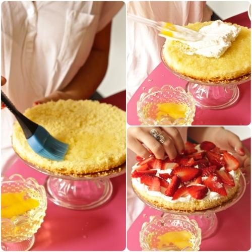 bagnate abbondantemente con l'aiuto di un pennello ma anche di un cucchiaio il primo disco, aggiungete la panna e poi le fragole tagliate a pezzetti