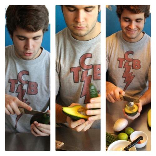 tagliare l'avocado e togliere il nocciolo