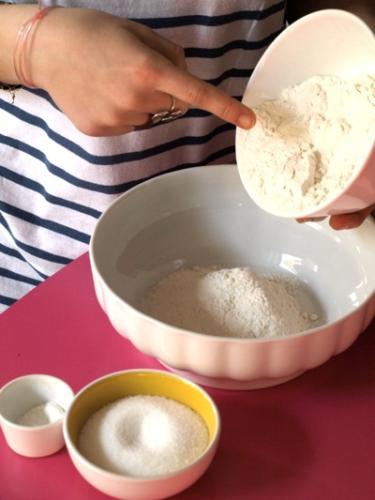 mettete farina, zucchero e lievito in un contenitore