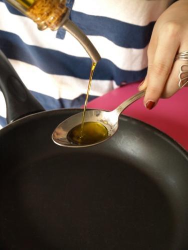 versate un cucchiaio di olio in una padella