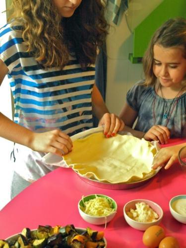 stendere la pasta con la carta da forno nella teglia