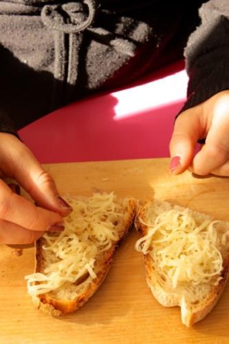 condite due fette di pane con un filo d'olio e del formaggio, poi gratinatele nel forno